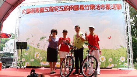今日活动抽中脚踏车的二位民众上台与市长涂醒哲(右2)及市长夫人郑玉娟(左)合照。