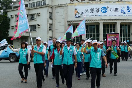 民主进步党南投县长候选人洪国浩在支持者簇拥下准备前往南投县选委会登记。