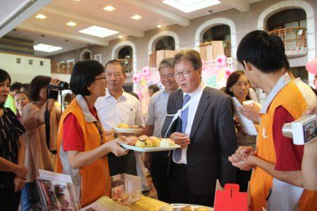 陳金德縣長(右二)與陳文昌議長(左三)試吃並訂購禮品。