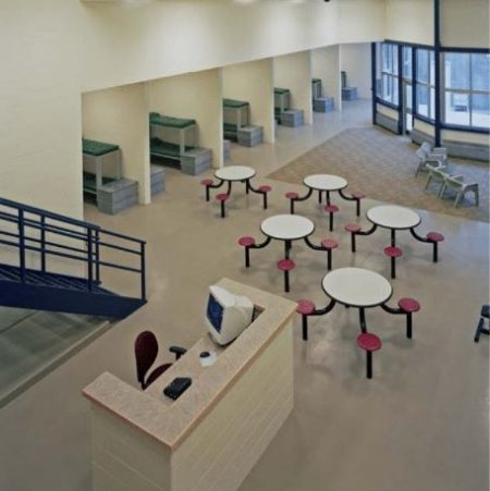 摩登监狱设计中,在押嫌犯可以打篮球、聚会聊天,不但减少每监仓囚禁人数,更扩大了活动空间。