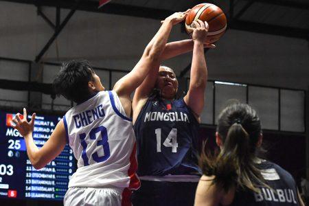 我国(白衣)在亚运女篮逆转胜蒙古。