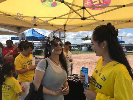 华人金金小姐表示喜欢看法轮大法的游行。