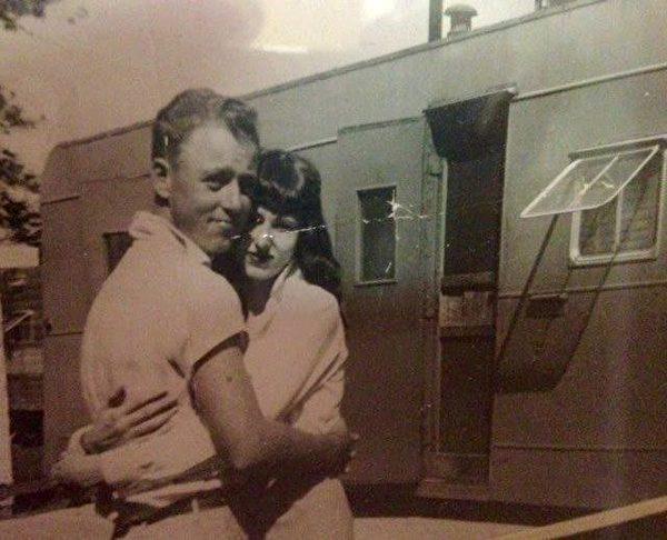 年轻时的汤姆和德尔玛。(Courtesy of Ledbetter family)