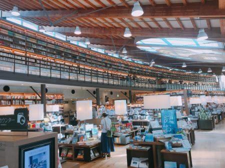 武雄市图书馆内的茑屋书店的设计相当具有空间感。