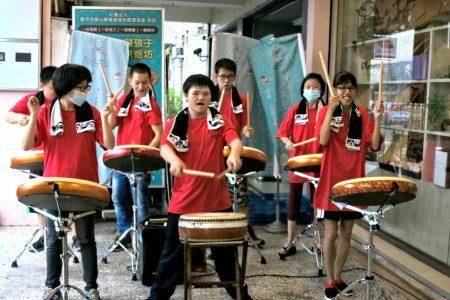 台中市身心障碍者福利关怀协会成立太鼓队,带着孩子们透过演出建立自信。