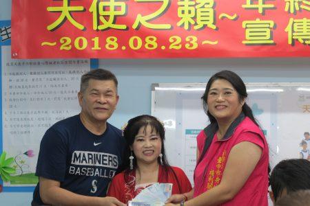 """岱恩电子工业公司的副总经理翁琼仙买下""""天使之籁""""年终感恩音乐会100张门票。"""