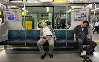 組圖:日本人睡功了得 千姿百態