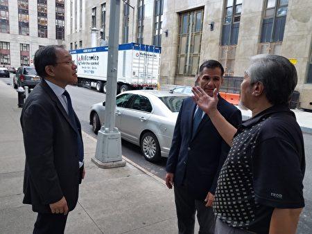 纽约同源会副会长李立民(左)带莫利那罗(中)参观中央街80号,市府意欲在此地兴建大型监狱。图中陈家龄(右)讲解唐人街的反监狱历史。