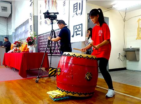 仪典中击鼓的钟洁仪(Vivian Zhong)同学告诉记者,祭典中使用的鼓槌,和西方打击乐器中的鼓槌很不同,重量很大,无法打出吵闹、嘈杂的节拍,鼓声是规律、平静而镇定的,