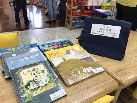 袋袋書香活動, 每一袋有8本書。