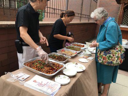 参加法拉盛街坊节的餐馆在推介美食。