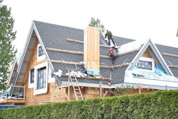 """图:温哥华将全市绝大部分独立屋社区重新区划,以允许在此类社区兴建""""双拼屋""""。(摄影:唐风/大纪元)"""
