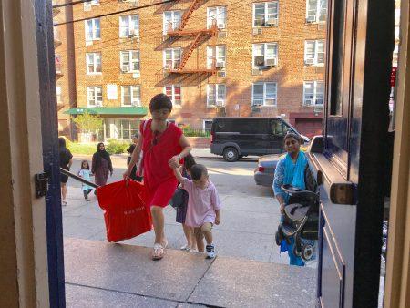 华人家长送孩子上学。