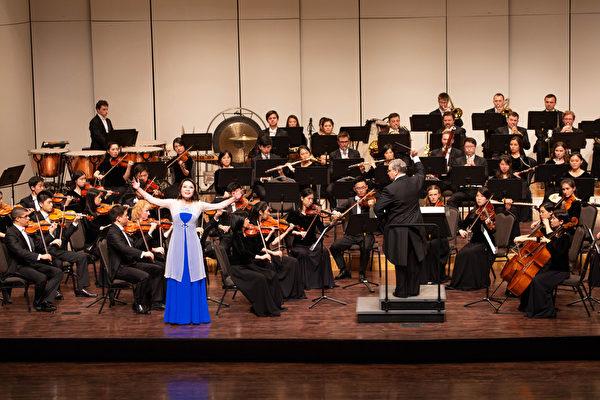 神韻交響樂團在高雄文化中心至德堂演出