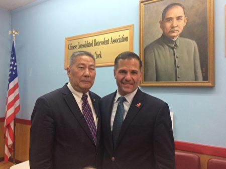 中华公所主席伍锐贤(左)和莫利那罗(右)友好合影。
