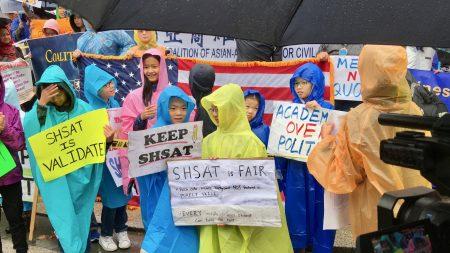 華人學生冒雨參加集會。