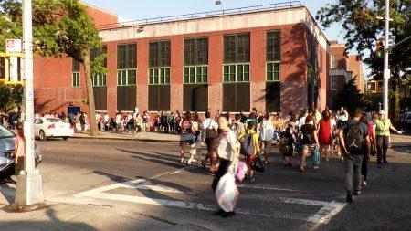 在法拉盛的街头,开学第一天一大早,满街都是学生和家长。
