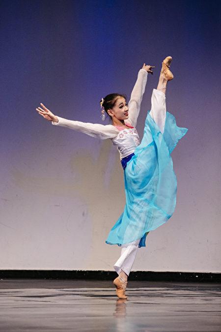 來自日本的213號選手張中天9月21日下午在決賽中表演舞蹈劇目《春色滿園》。(愛德華/大紀元)