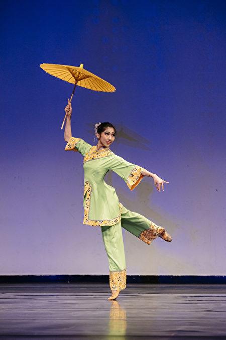 第8屆「全世界中國古典舞大賽」少年女子組金獎得主楊美蓮,表演舞蹈劇目《江南新雨》。(戴兵/大紀元)