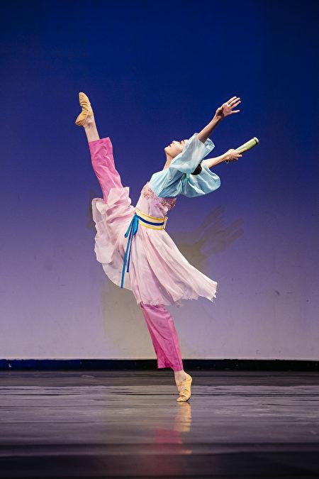 第八屆「全世界中國古典舞大賽」的少年女子組金獎得主黃悅,表演舞劇《春曉》。(愛德華/大紀元)