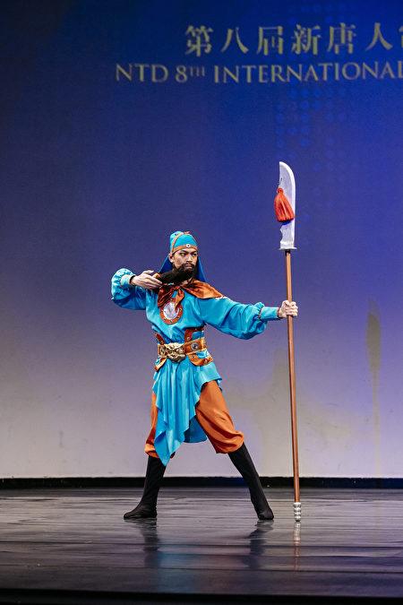 第8屆「全世界中國古典舞大賽」少年男子組金獎得主劉新龍,表演舞蹈劇目《忠義千秋》。(愛德華/大紀元)