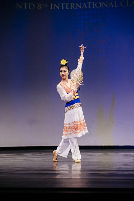 第8屆「全世界中國古典舞大賽」青年女子組金獎得主陳竺君,表演劇目《芳草江南岸》。(愛德華/大紀元)
