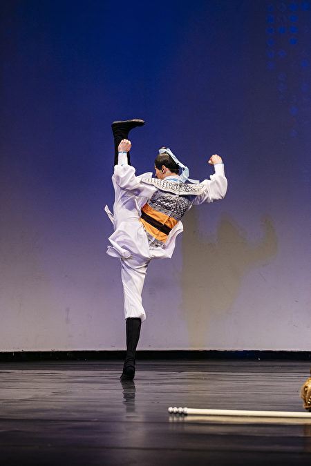 第八屆「全世界中國古典舞大賽」青年組金獎得主陳厚任,表演舞蹈劇目《精忠岳飛》。(愛德華/大紀元)
