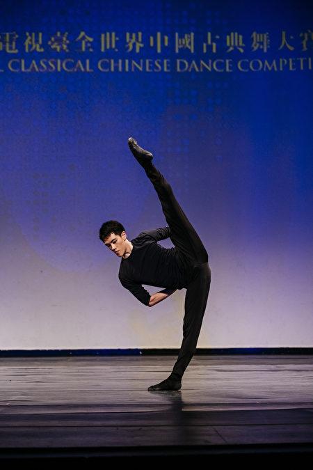 第八屆「全世界中國古典舞大賽」青年組金獎得主巫昆璟,表演舞蹈劇目《月下獨酌》。(愛德華/大紀元)