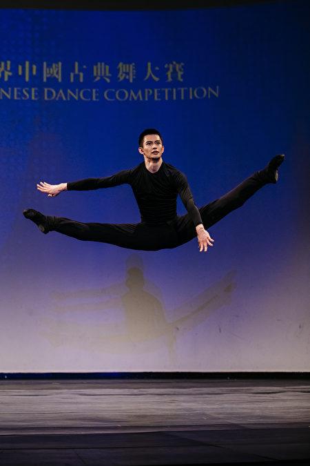 第八屆「全世界中國古典舞大賽」青年組金獎得主陳厚任。(戴兵/大紀元)
