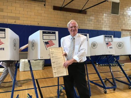 艾维乐在投票站投票。