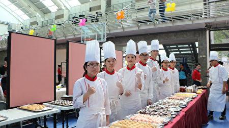 東吳高職餐飲科學生製作韓國麵包給受獎教師享用,表達對這些得獎老師的敬意。