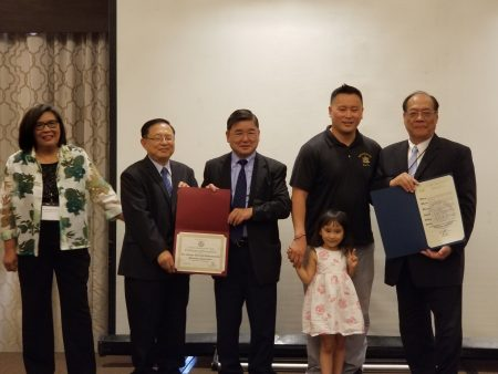 州众议员金兑锡(右二)与市议员顾雅明(中立者)向协会颁发感谢状,由协会董事长张彰华(右一)与会长曾令宁(左二)代表接受谢状。