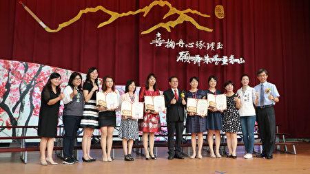 嘉義市優良教保服務人員受獎後,與市長議員處長合照。