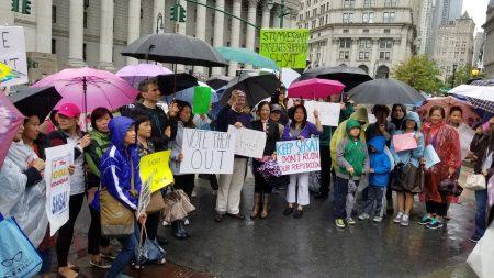 華人家長與學生無懼風雨,在富利廣場集會,抗議市長改變特殊高中入學政策。