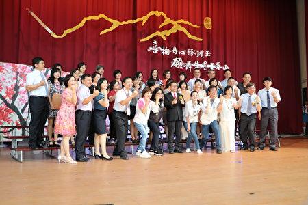 嘉義市國中小學服務滿30年教師,與市長議員處長校長合照。