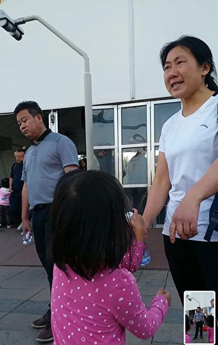 23日黃秀宏再次來到天安門。圖為她(右一)在跟警察講道理。左二是江蘇南通疫苗受害家長朱浩。(受訪者提供)
