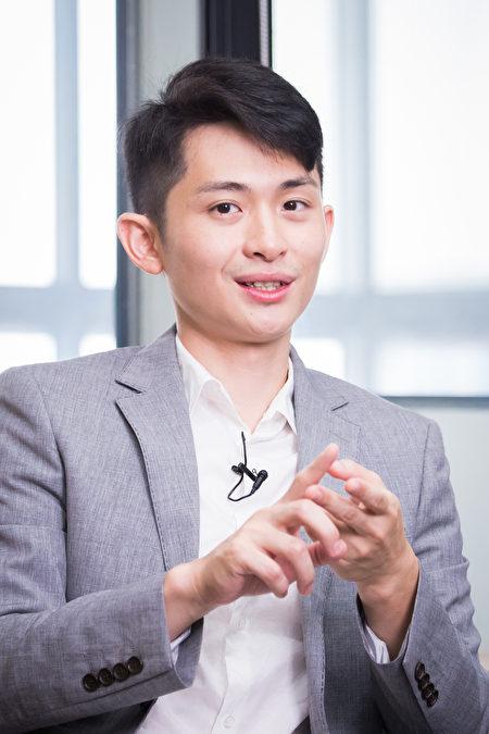 脱口秀主持人曾博恩推出台湾电视史上,第一个以嘲讽时事的深夜脱口秀节目《博恩夜夜秀》,除了以诙谐方式批判当前热门时事,更挑战敏感两岸政治话题。
