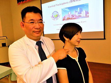 患者何小姐(右)出席記者會,顯示術後復原良好。