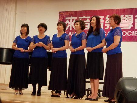 來音合唱團年輕團員演唱歌曲「在水一方」。