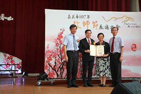 北興國中徐寶琨老師(右2)從事教育工作屆滿40年,以最大的愛心教導資源班學生,備極辛苦,感動了許多人。