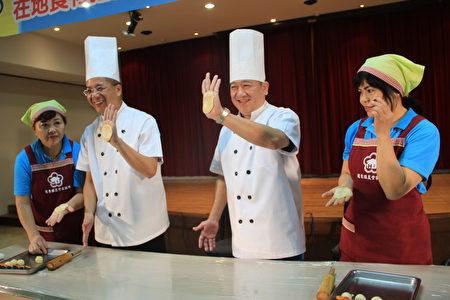 农东镇农会理事长陈汉钟(右二)及总干事吴聪杰示范做月饼。