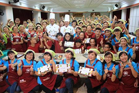 罗东镇农会举办 做月饼送爱心 公益活动 大合影。