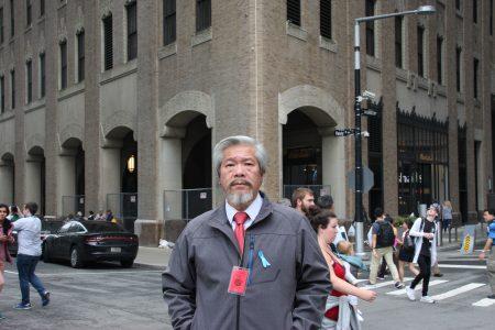 陈家龄曾经的公司在他背后这栋楼中,就在被撞的世贸中心对街,他说,当时大楼的一角被坍塌时的碎屑砸掉,所幸自己当时在另一处办公室。