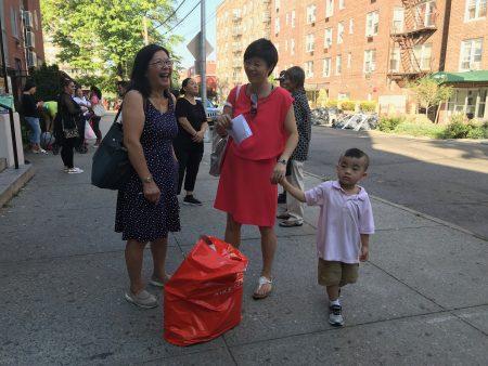 华人家长送孩子上学,要带的文具还不少。