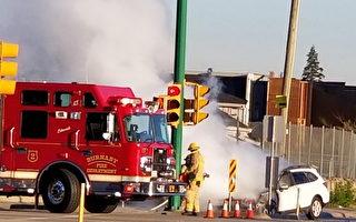 一輛白色轎車在本拿比的Marine Way夾Byrne Road起火被燒毀。(陳新宇/大紀元)