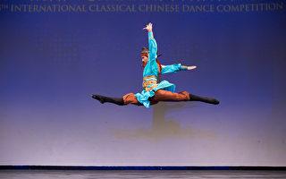 第8屆「全世界中國古典舞大賽」少年金獎得主洪紹豪,表演舞蹈劇目《垓下之圍》。(戴兵/大紀元)