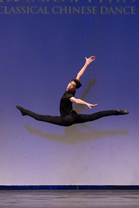 第8屆「全世界中國古典舞大賽」少年男子組金獎得主劉新龍。(戴兵/大紀元)