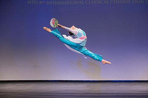 來自神韻藝術團的404號選手潘清滙9月20日下午在複賽中表演舞蹈劇目《月伴江行》。(戴兵/大紀元)
