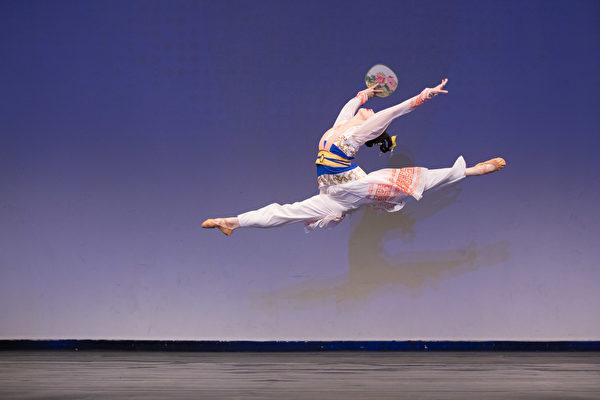 第8屆「全世界中國古典舞大賽」青年女子組金獎得主陳竺君,表演劇目《芳草江南岸》。(戴兵/大紀元)