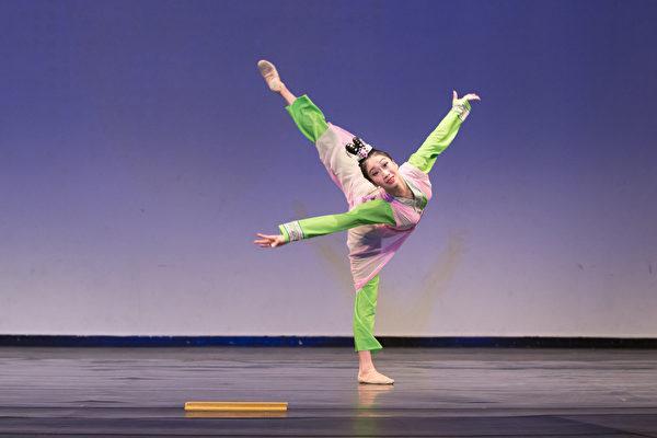 來自飛天大學的406號選手吳凱迪9月20日下午在複賽中表演舞蹈劇目《寒窯》。(戴兵/大紀元)